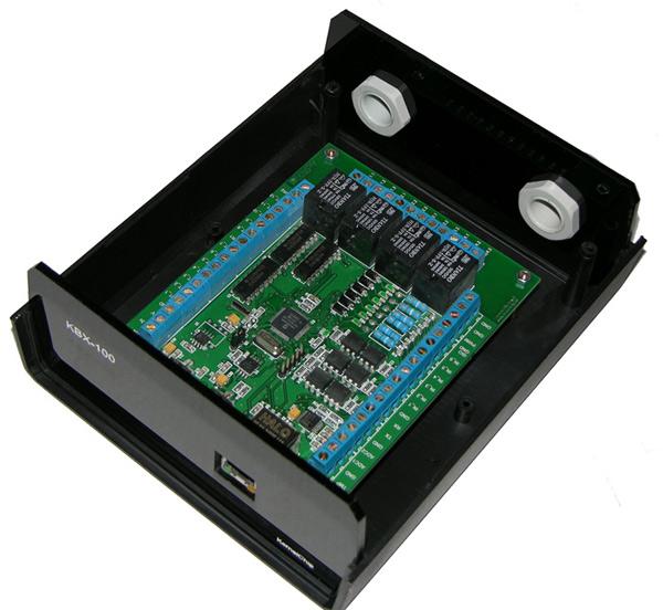 """Внутреннее """"устройство"""" модуля KBX-100. Хорошо видны кабельные вводы."""