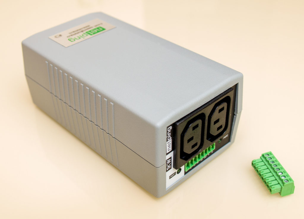 Рис. 3 — Вид со стороны с управляемыми розетками и клеммником для подключения дополнительных устройств и датчиков