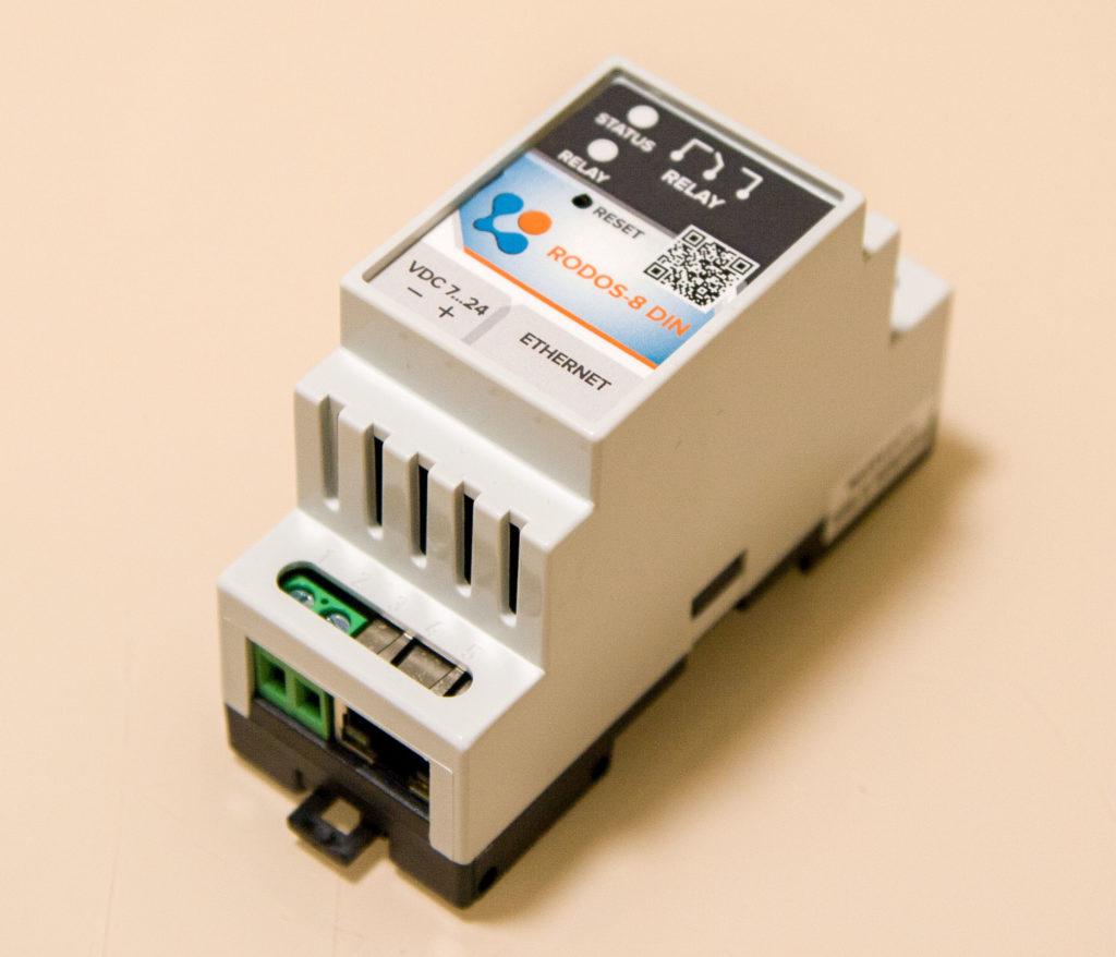 Рисунок 1 — Внешний вид устройства RODOS-8 DIN со стороны Ethernet-порта и разъема питания
