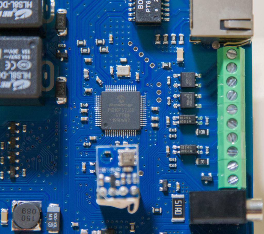 Рисунок 6. Управляющий микроконтроллер и обвязка дискретных входов и выходов устройства RODOS-16 DIN