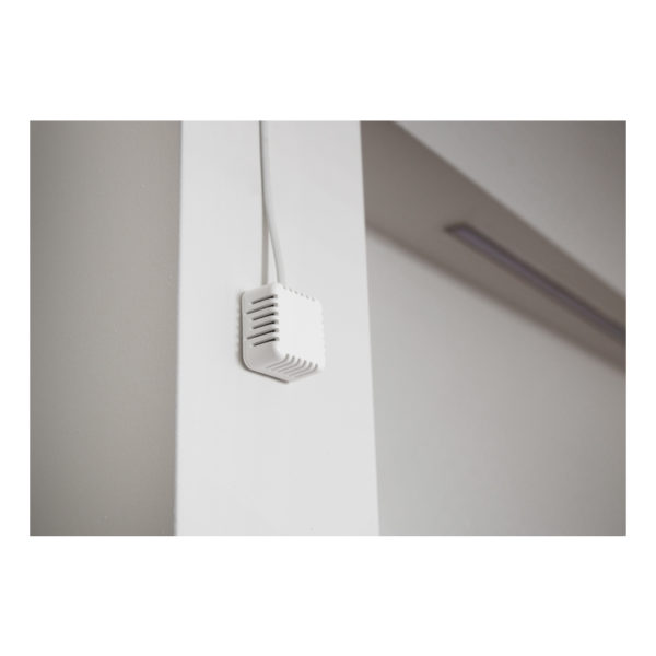 Размещенные в небольшом элегантном пластиковом корпусе, эти датчики можно закрепить на стене или потолке или разместить на столе.