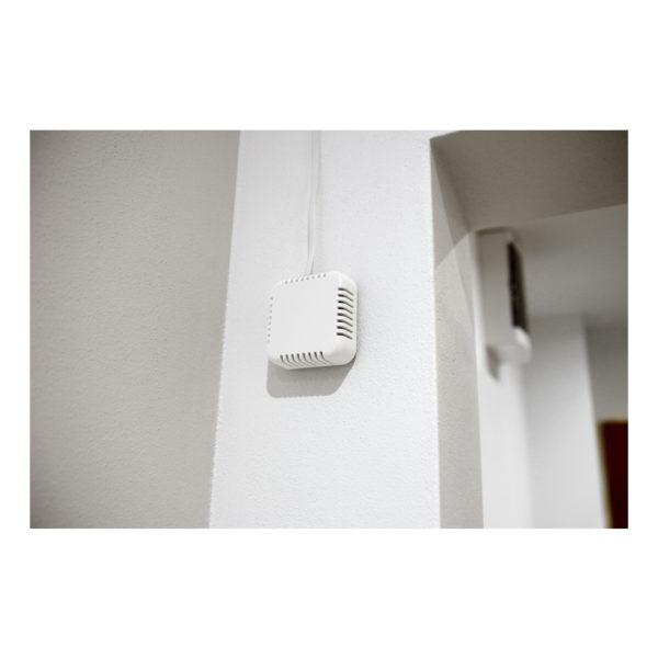 Помещенный в элегантную пластиковую коробку, его можно закрепить на стене или потолке или на столе.